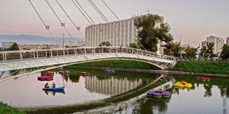Подвесной пешеходный мост на Стрелке